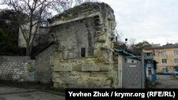 К опоре акведука пристроена сторожка водной станции