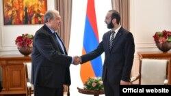 Президент Армении Армен Саркисян (слева) и председатель Национального собрания Армении Арарат Мирзоян (архив)