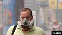 A man wears a protective mask in Moscow, shrouded in smoke from nearby wildfires.