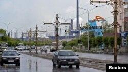 """Улица в центре Темиртау, ведущая к предприятию """"АрселорМиттал Темиртау""""."""