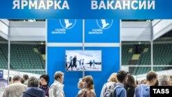 Безработица в России почти вдвое ниже, чем средняя для 19 стран еврозоны, хотя в них, в отличие от России, рецессии давно нет.