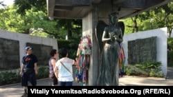Архітектурний ансамбль «Парк Миру»: пам'ятники дівчинці, яка в результаті вибуху захворіла лейкемією, та, щоб вижити, складала з паперу журавликів-орігамі. Діти й дорослі приносять свої орігамі протягом понад 70 років як символ прагнення до миру та любові до життя.