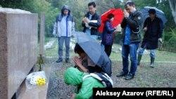 Совет тұтқынында қаза болған отандастары жерленген зиратқа марқұмдарды еске алуға келген жапон азаматтары. Алматы, 19 қыркүйек 2015 жыл.