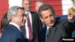 Президент Армении Серж Саргсян (слева) встречает президента Франции Николя Саркози в ереванском аэропорту «Звартноц», 6 октября 2012 г.