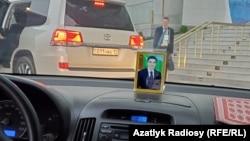 Портрет улыбающегося президента Бердымухамедова настигнет тебя везде.
