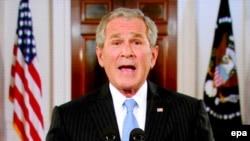 جورج بوش به طور کامل از مک کین حمایت کرد و وی را آماده رهبری آمریکا دانست. (عکس:EPA)