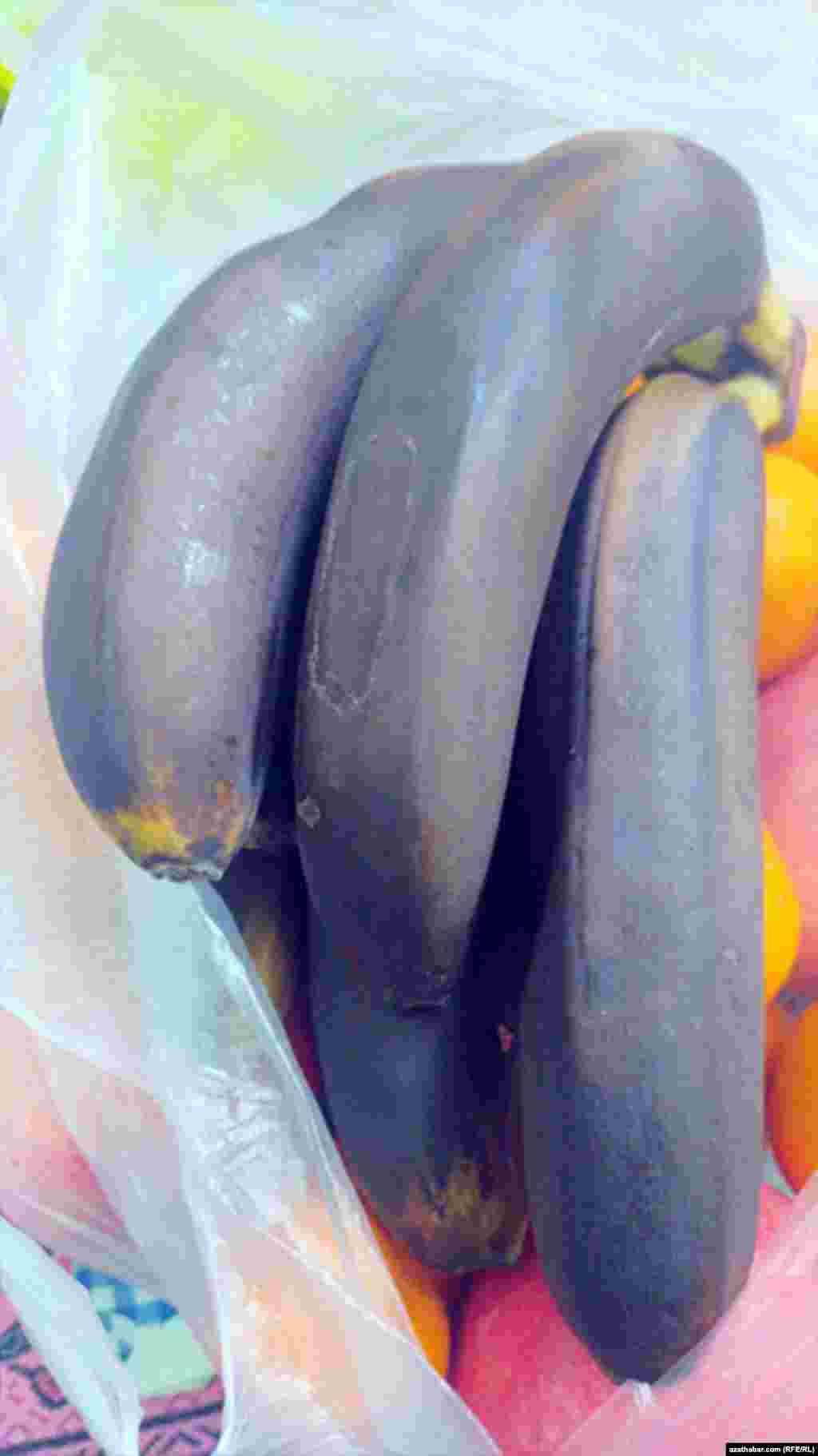 Килограмм любых фруктов на 6-м рынке продается по 15 манатов, но к ним необходимо купить килограмм почерневших бананов. Ашхабад. Январь 2021 г.