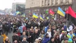 Люди сходяться на віче до майдану Незалежності