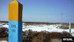 Сарыағаш ауданындағы қазақ-өзбек шекарасындағы бағандар. Оңтүстік Қазақстан облысы. (Көрнекі сурет)