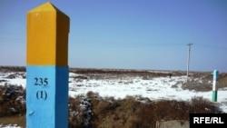 Қазақ-өзбек шекарасындағы ала баған. Оңтүстік Қазақстан аймағы. Ақпан, 2010 жыл.