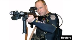 32 жаштагы Андерс Беринг Брейвик (Anders Behring Breivik) бир китептеги сүрөттө.