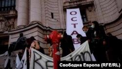 Протестиращи с надписи оставка на български и английски език