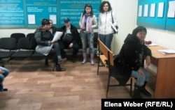 Клиенты гештальтпсихолога в здании административного суда, где рассматривается дело о нарушении закона о собраниях. Караганда, 15 апреля 2013 года.