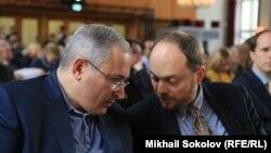 Российский оппозиционный активист Владимир Кара-Мурза — младший (справа) и бывший олигарх Михаил Ходорковский. Берлин, 10 октября 2016 года.
