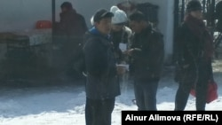 После прохождения таможенного досмотра к торговцам подходят мужчины в гражданской одежде с некими «списками». Алматинская область, февраль 2013 года.