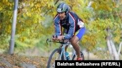 «Казстройстекло» компаниясының басшысы Мұратхан Тоқмади веложарысқа қатысып жүр. Алматы, 27 қыркүйек 2015 жыл.