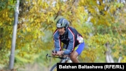 Бизнесмен Муратхан Токмади на чемпионате по любительскому триатлону Almaty Triathlon. Сентябрь 2014 года.