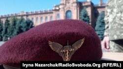 На церемонії вручення марунових беретів лейтенантам-десантникам Військової академії (місто Одеса)