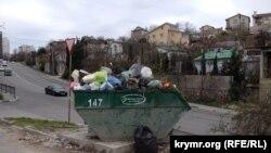 Мусорный бак на спуске Котовского в Севастополе