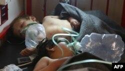 Սիրիա - Իդլիբ նահանգի Խան Շեյխուն քաղաքի վրա հարձակման հետևանքով տուժած երեխաներին բուժօգնություն է ցուցաբերվում, 4-ը ապրիլի, 2017թ․
