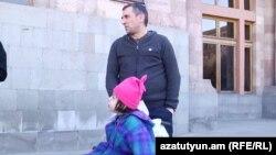 Արայիկ Սարդարյանը և նրա դուստը կառավարության շենքի մոտ, 17-ը մարտի, 2016թ.