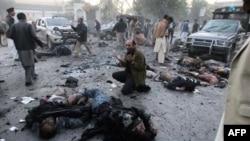 На месте митинга сторонников Бхутто после взрыва
