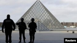 Военные у Пирамиды рядом с музеем Лувр. Париж, 3 февраля 2017 года.