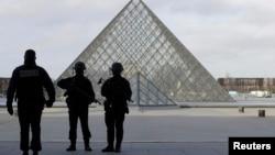 Французька поліція на вході у Лувр, 3 лютого 2017 року