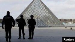 Поліцейські на території Лувру, Париж, Франція, 3 лютого 2017 року