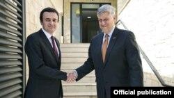 Kryetari i Lëvizjes Vetëvenodsje, Albin Kurti, dhe ambasadori i Shteteve të Bashkuara në Kosovë,PhilipKosnett.