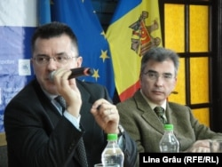 Dan Dungaciu (stg.) și Petrișor Peiu