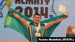 Казахстанский тяжелоатлет Жасулан Кыдырбаев. Алматы, 14 ноября 2014 года.