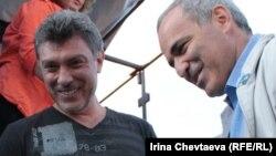 Нємцов і Каспаров на акції в Москві, 22 серпня 2011 року