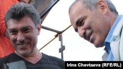 Немцов и Каспаров на акции в Москве 22 августа 2011 года