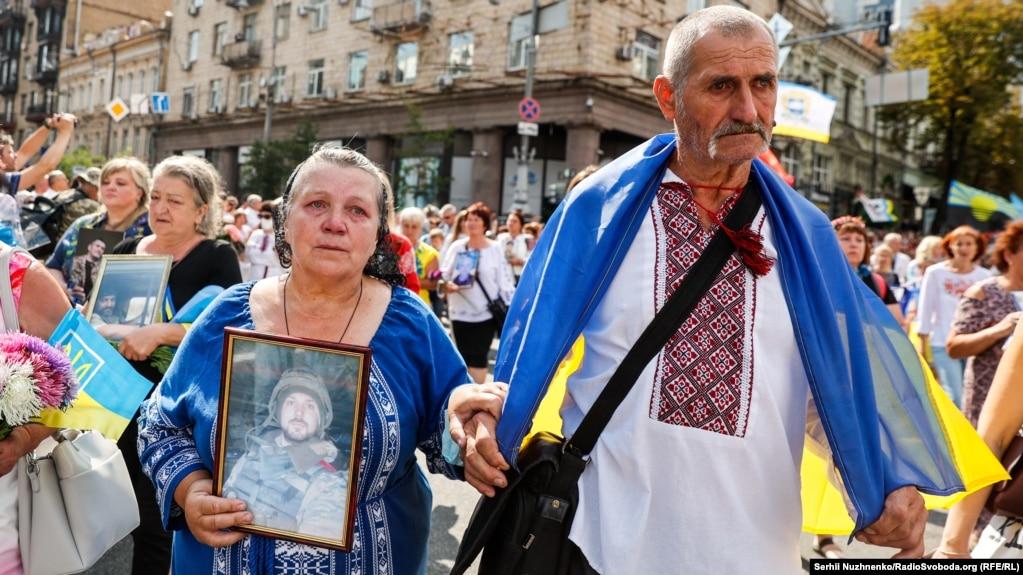 На фото батьки «кіборга» Дениса Поповича «Денді». Боєць загинув поблизу позиції «Зеніт» неподалік Донецького аеропорту. Його батьки щороку приходять на Марш захисників України