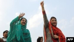Kulsoom (left) and Maryam Nawaz attend an election campaign meeting in Lahore in May 2013.