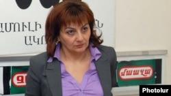 "Armenia -- ""Hraparak"" daily editor Armine Ohanian at a news conference, Yerevan, 7Apr2011."