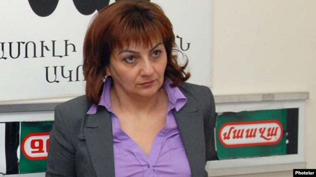 "Armenia -- ""Hraparak"" daily editor Armine Ohanian at a news conference, Yerevan, 7Apr2011."