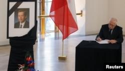 Президент Чехии Вацлав Клаус оставляет запись в книге соболезнований