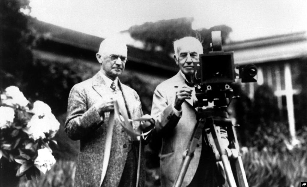 Основатель Eastman Kodak Джордж Истман (слева), Томас Эдисон и их изобретения. Декабрь 1919 года. Эдисон изобрел кинооборудование, а Кодак создал рулонную пленку. Оба изобретения способствовали развитию киноиндустрии.