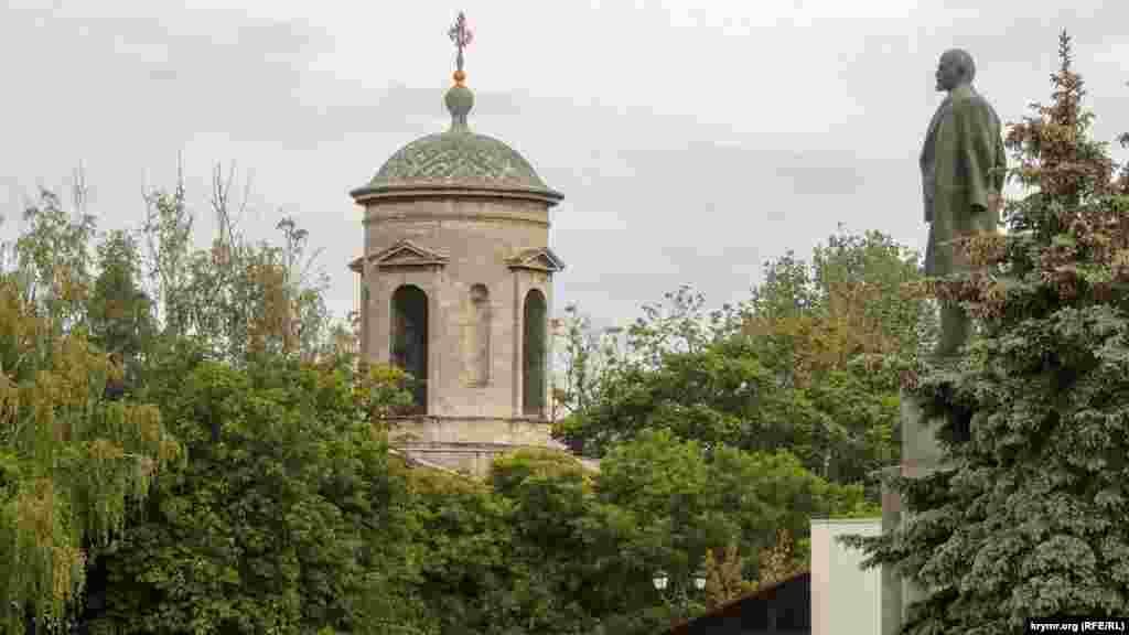 Колокольня церкви Иоанна Предтечи в Керчи. Этот храм – один из старейших в Европе, он был построен в восьмом веке нашей эры. Внутри церкви до сих пор сохранились древние мраморные колонны, к которым приходится спускаться по старинным мраморным ступеням