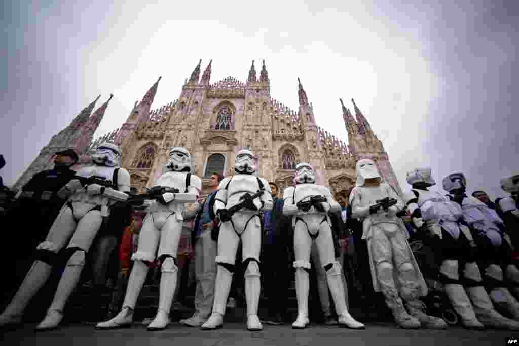 Штурмовики на главной площади Милана. Милан, Италия