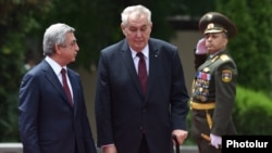 Armenia - President Serzh Sarkisian (L) greets his visiting Czech counterpart Milos Zeman in Yerevan, 8Jun2016.
