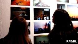 Ekspozitë e përbashk\t e të rinjve nga Kosova dhe Serbia, Prishtinë, maj 2011.