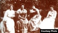 Софья Андреевна Толстая с дочерьми Александрой, Татьяной и Марией в Ясной Поляне, 1903 год