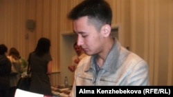 Студент Ғани Асылбаев көрмеде жүр. Алматы, 5 сәуір 2014 жыл.