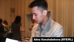 Cтудент Гани Асулбаев на ярмарке «Образование в США». Алматы, 5 апреля 2014 года.