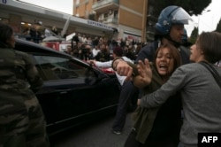 Столкновения в Риме возле гроба с телом Эриха Прибке