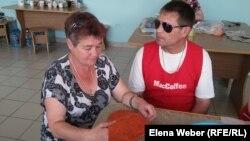 Олег Мацедон жұбайы Надеждамен бірге отыр. Теміртау, 11 шілде 2016 жыл.