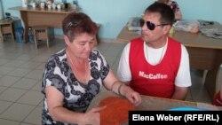 Инвалид по зрению Олег Мацедон вместе с супругой Надеждой. Темиртау, 11 июля 2016 года.